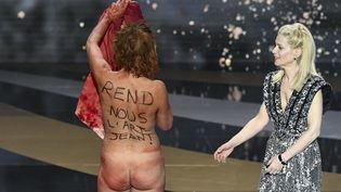 L'actrice Corinne Masiero nue sur la scène des 46e César le 12 mars 2021 pour dénoncer la fermeture des lieux culturels en pleine épidémie de Covid-19. (BERTRAND GUAY / AFP)