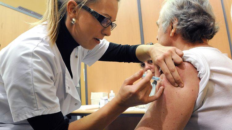 Une personne âgée vaccinée contre la grippe (photo d'illustration) (PASCAL GUYOT / AFP)