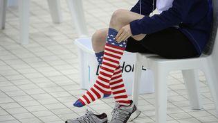 """Une nageuse américaineavec ses chaussettes """"patriotes"""", le 1er août 2012 lors des JO de Londres. (LEON NEAL / AFP)"""