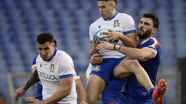 Charles Ollivon au plaquage sur Jacopo Trulla samedi 6 février lors de la victoire des Bleus à Rome (50-10). (FILIPPO MONTEFORTE / AFP)