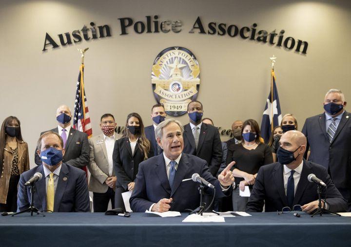 Le gouverneur de l'Etat du Texas, Greg Abbott,exprime son soutien à la police et son opposition à la réduction de son budget,lors d'une conférence de presse à l'association de la police d'Austin, le 10 septembre 2020 à Austin, au Texas (Etats-Unis). (AMERICAN-STATESMAN-USA TODAY NET / SIPA)