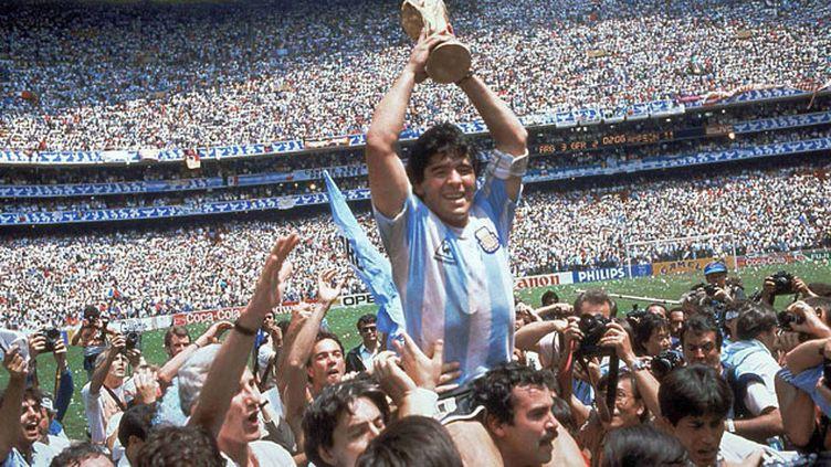(Diego Maradona euphorique après la finale © CARLO FUMAGALLI/AP/SIPA)