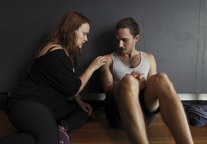 """Deux acteurs participent à un atelierorganisé par Ita O'Brien sur les bonnes pratiques lors du tournage des scènes """"intimes"""", à Sydney (Australie), le 18 novembre 2018. (DEAN SEWELL / THE NEW YORK TIMES-REDUX-REA)"""
