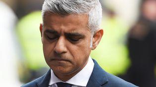 Le maire de Londres, Sadiq Khan, se recueille sur les lieux de l'attentat qui a fait sept morts dans la capitale du Royaume-Uni, le 5 juin 2017. (CLODAGH KILCOYNE / REUTERS)