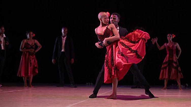 """La jeune Sud-africaine Dada Masilo (au centre) adapte la """"Carmen"""" de Bizet.  (John Hogg)"""