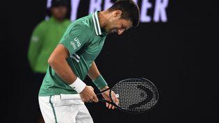Le Serbe Novak Djokovic touché aux abdominaux lors de son troisième tour à l'Open d'Australie le 12 février 2021 à Melbourne (WILLIAM WEST / AFP)