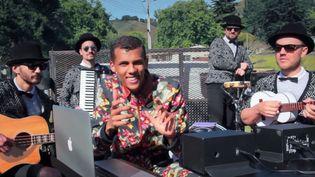 Stromae et ses musiciens jouent à l'arrière d'une camionnette sur un route des Etats-Unis dans une vidéo mise en ligne le 1er octobre 2015. (BILLBOARD / YOUTUBE)