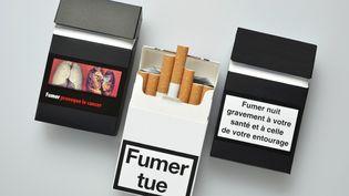 Sur les paquets neutres, le nom de la marque continuera d'apparaître en petit sur l'emballage. (CARDOSO / BSIP / AFP)