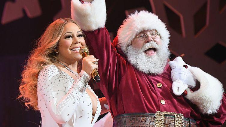 "Mariah Carey chantant ""All I Want for Christmas Is You"" lors d'un concert au Beacon Theatre à New York, en 2016. (JEFF KRAVITZ / FILMMAGIC, INC)"