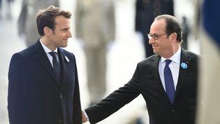 Emmanuel Macron et François Hollande au pied de l'Arc de Triomphe, le 8 mai 2017. (BLONDET ELIOT / REA / ABACA)