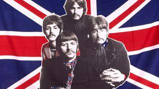 """Pour fêter les 50 ans de """"Love Me Do"""" des Beatles, la ville de Liverpool (Royaume-uni) a réuni une chorale de plus de 1 200 personnes qui ont repris la chanson et tentent d'entrer dans le livre Guinness des records. (ANTOINE LORGNIER / AFP )"""