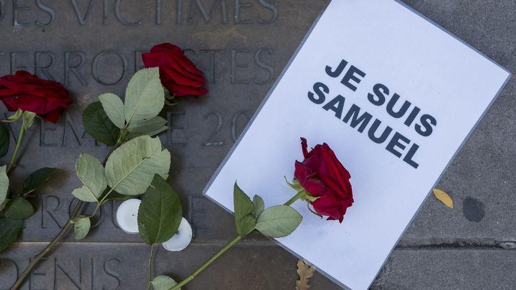 Un hommage à l'enseignant assassiné Samuel Paty, le 18 octobre 2020 à Paris. (NICOLAS PORTNOI / HANS LUCAS / AFP)
