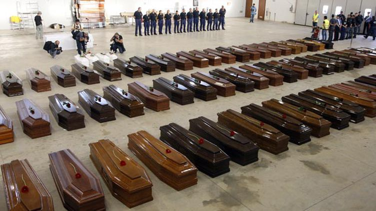 (Les cercueils de plus de 200 migrants morts lors d'un naufrage fin 2013 © Reuters-Antonio Parrinello)