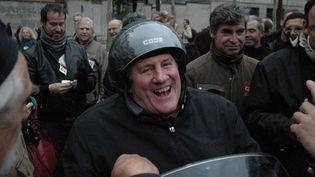 Gérard Depardieu traversant une manifestation en scooter (Paris, octobre 2010)  (Citizenside.com / AFP)