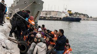 Des migrants arrivent par bateau sur l'île de Lesbos (Grèce), le 2 mars 2016. (MARKUS HEINE / NURPHOTO AFP)