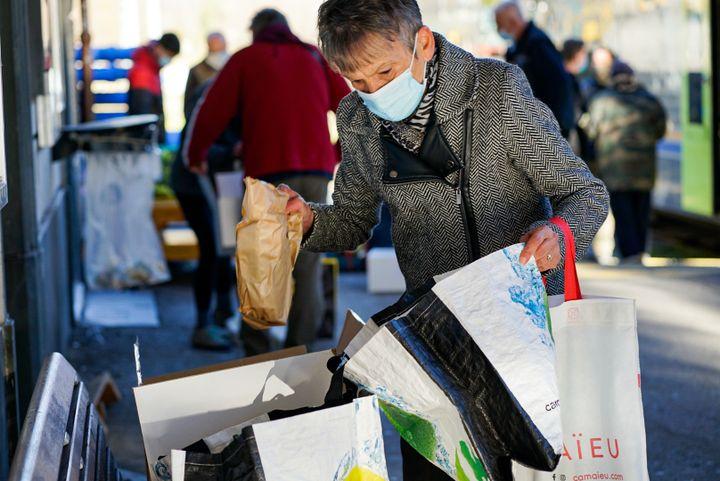 Annie Ghio range les fruits et légumes frais qu'elle vient de recevoir, venus d'Italie par le train, à Tende, dans les Alpes-Maritimes, le 18 novembre 2020. (FM / FRANCEINFO)