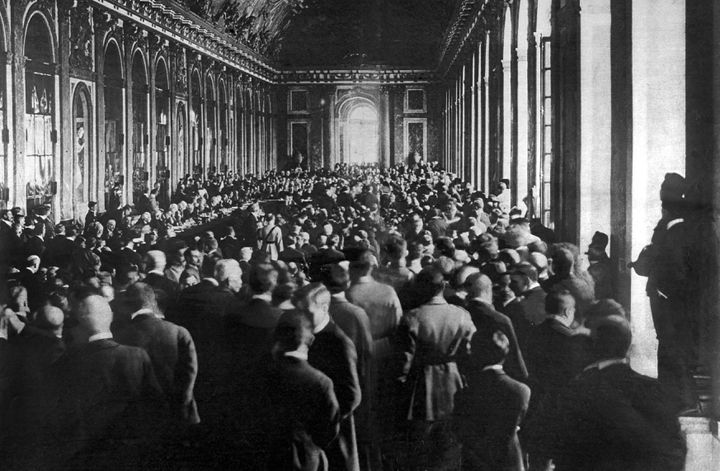 Signature du traité de Versailles dans la galerie des Glaces du château, le 28 juin 1919. (AFP )