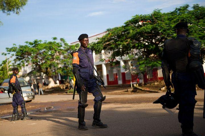Des policiers anti-émeutes déployés dans les rues de Lubumbashi (RDC), près du quartier général de l'opposition, le 5 décembre 2011. (PHIL MOORE / AFP)