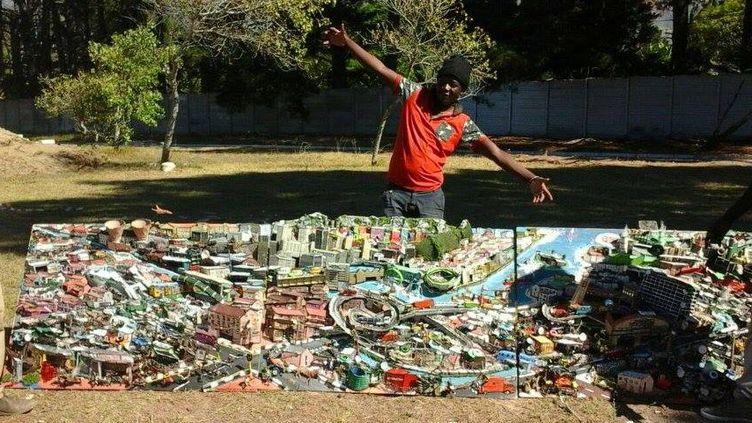 Nathan Chikoto montrant un«triptyque urbain» représentant le front du mer de la ville du Cap (Nathan Chikoto)