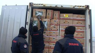 Les douaniers de Dunkerque ouvrent les cartons de bananes remplies de cocaine dans un conteneur lors d'un contrôle le 1er décembre 2014 (DOUANES FRANCAISES)