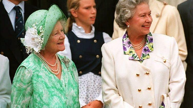 La reine Elizabeth II au coté de la reine mère à Clarence House, le 4 août 1993, à l'occasion de son 93e anniversaire (AFP)