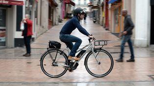 Un cycliste circule en vélo électrique auxPonts-de-Cé (Maine-et-Loire), le 26 mars 2016. (MAXPPP)