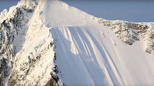 Capture d'écran d'une vidéo, postée le 5 novembre 2015, montrant une chute de ski en Alaska. (TETON GRAVITY RESEARCH / YOU TUBE)