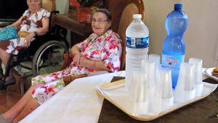 Des bouteilles d'eau sont à disposition des pensionnaires dans une maison de retraite de Mérignac (Gironde), le 22 juillet 2013. (NICOLAS TUCAT / AFP)