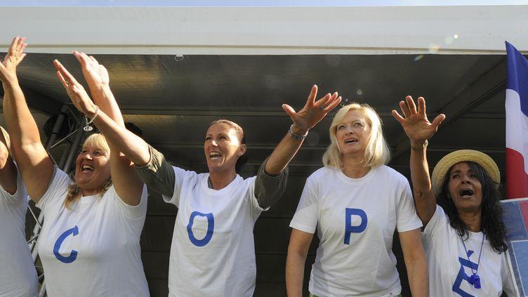 Des copéistes sont venus applaudir leur champion, à Châteaurenard (Bouches-du-Rhône), le 25 août 2013. (BORIS HORVAT / AFP)