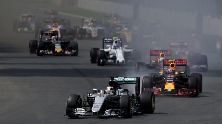 Lewis Hamilton devant la meute au départ du GP du Mexique (YURI CORTEZ / AFP)