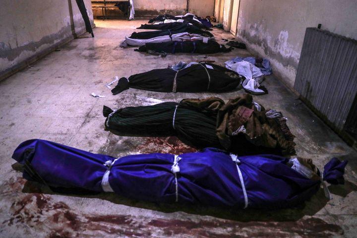 Des cadavres dans une morgue à Douma, dans l'enclave rebelle de la Ghouta, près de Damas (Syrie), le 20 février 2018. (MAXPPP)
