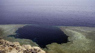 """Le site du """"Blue Hole""""près de Dahab en Egypte. (WIKIMEDIA COMMONS)"""