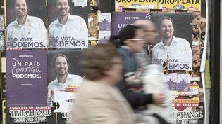 Des affiches aux couleurs du parti Podemos et de son leader Pablo Iglesias, le 19 décembre 2015 à Madrid (Espagne). (BURAK AKBULUT / AFP)