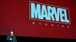 Kevin Feige, président des studios Marvel, sur scène lors de sa conférence à Los Angeles, le 28 octobre 2014  (Alberto E. Rodriguez / Getty Images / AFP)
