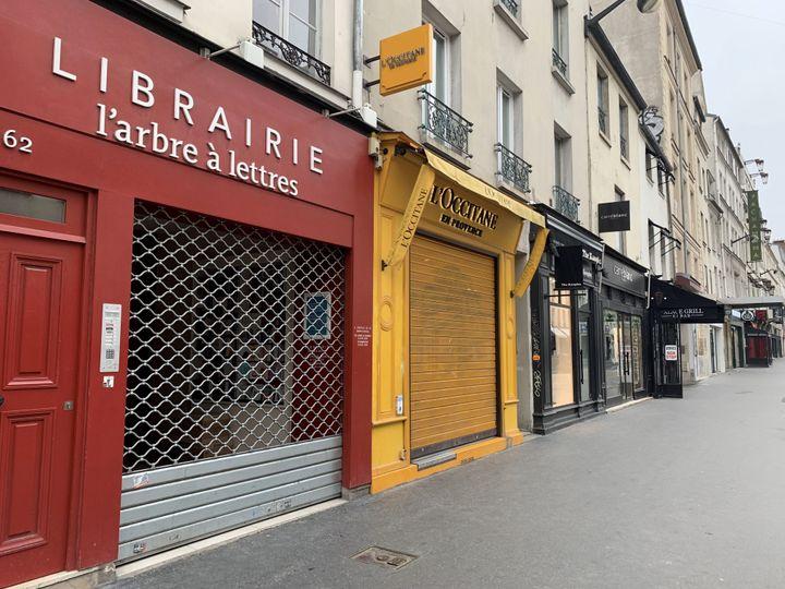 La façade de la librairie L'Arbre à Lettres fermée, comme d'autres enseignes, à Paris, le 21 mars 2020, en période de confinement. (DELPHINE GOLDSZTEJN / MAXPPP)