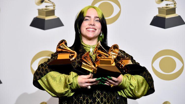 L'artiste californienne Billie Eilish pose avec ses Grammy Awards, à Los Angeles (Etats-Unis), le 26 janvier 2020. (ALBERTO E. RODRIGUEZ / GETTY IMAGES NORTH AMERICA / AFP)
