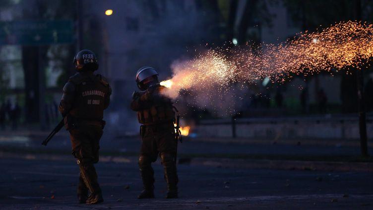 Des policiers anti-émeute à Concepcion, au Chili, le 20 octobre 2019. (PABLO HIDALGO / AFP)