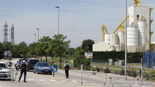 Des gendarmes bloquent l'accès à la zone industrielle de Saint-Quentin-Fallavier (Isère), vendredi 26 juin 2015. (EMMANUEL FOUDROT / REUTERS / X02976)