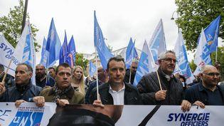 Le secretaire général d'Alliance Police nationale, Fabien Vanhemelryck (au centre), lors de la manifestation des forces de l'ordre entre l'Arc de Triomphe et la place Beauveau, à Paris, le 12 juin 2020. (SEBASTIEN MUYLAERT / MAXPPP)