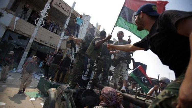 Des rebelles autour de l'ancien QG de Kadhafi à Tripoli, mercredi 24 août. (AFP - Patrick Baz)