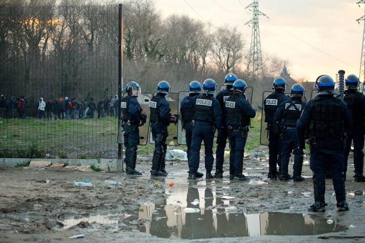 Des policiers déployés le 1er février 2018 à Calais (Pas-de-Calais) après des affrontements entre migrants. (MAXPPP)
