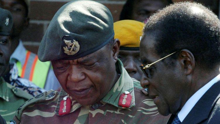 Robert Mugabe en grande discussion avec le général Chiwenga, auteur du coup de force, le 14 novembre 2017 (Philimon Bulawayo/ reuters)