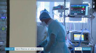 Jeudi 8 octobre, Saint-Etienne (Loire) est passé en alerte maximale. Les soignants avaient déjà tiré la sonnette d'alarme depuis quelques jours. (France 3)