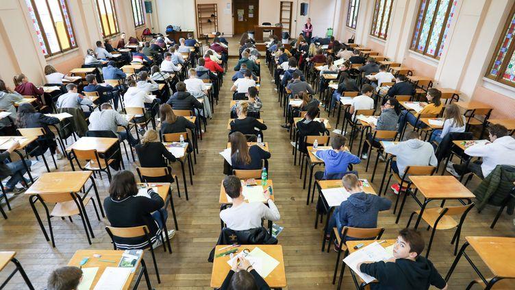 Des étudiants passent un examen blanc du baccalauréat à Lille (Nord), le 10 novembre 2017. (THIERRY THOREL / CROWDSPARK / AFP)