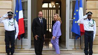 L'ancienne ministre de la Justice, Nicole Belloubet, et le nouveau garde des Sceaux Eric Dupond-Moretti, le 7 juillet 2020 au ministère de la Justice, à Paris. (ALAIN JOCARD / AFP)