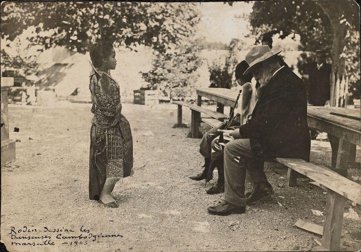 """Emile Sanremo, """"Rodin assis sur un banc, dessinant une danseuse cambodgienne""""  (Musée Rodin)"""