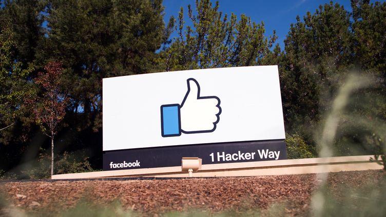 Un panneau Facebook, à Menlo Park, en Californie (Etats-Unis), le 4 novembre 2016. (JOSH EDELSON / AFP)