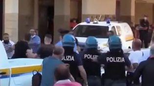 Près de Naples (Italie), des heurts ont opposé des ouvriers agricoles majoritairement bulgares, qui refusaient la mise en quarantaine, aux forces de l'ordre débordées. (France 2)