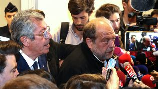 Patrick Balkany et son avocat Eric Dupond-Moretti, au tribunal de Paris, le 13 mai 2019. (JACQUES DEMARTHON / AFP)