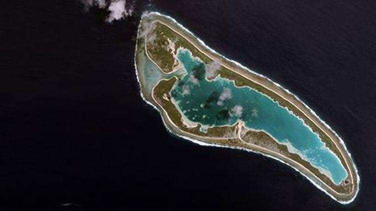 Photo, prise (le 23 juillet 2001) par un satellite, montrant l'île (inhabitée) de Nikumaroro qui appartient à l'archipel de Kiribati dans le Pacifique Sud. (Reuters - spaceimaging.com)